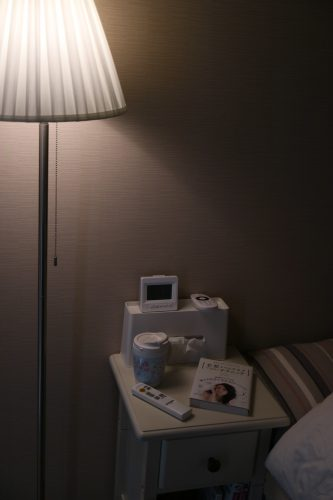 ベルメゾン「ベッドサイドナイトテーブル」(ホワイト)のベッドサイドでの使用画像(夜)01