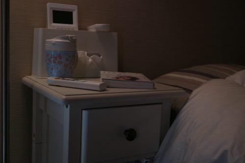 ベルメゾン「ベッドサイドナイトテーブル」(ホワイト)のベッドサイドでの使用画像(夜)02