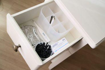ベルメゾン「ベッドサイドナイトテーブル」(ホワイト)の引き出しに中身をいれたバージョンの画像