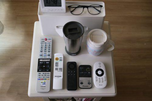 ベルメゾン「ベッドサイドナイトテーブル」(ホワイト)に可能な限り物を置いてみたときの画像