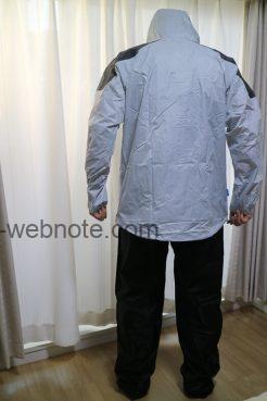 ワークマ18WORKMAN)レインジャケット STRONG(ライトグレー)&レインパンツ(ブラック) STRONG後ろ姿着用画像