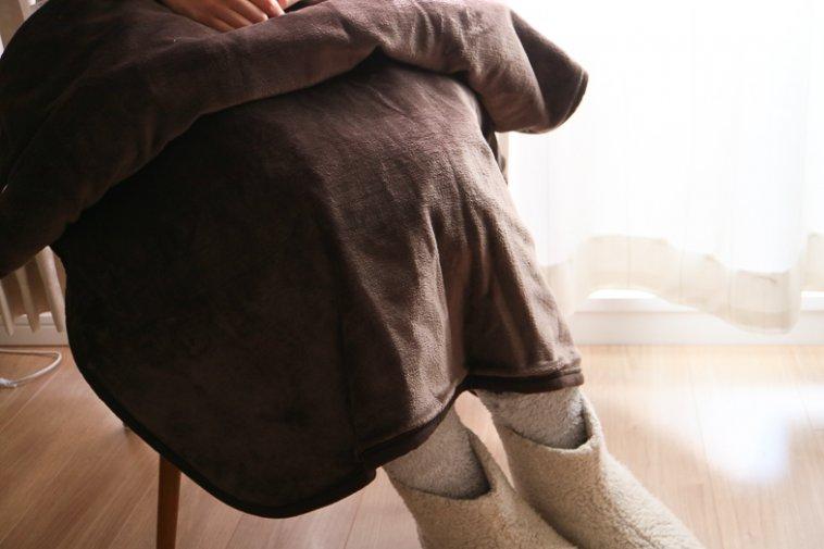 無印良品ボアフリースソックス+ボアルームブーツ+羽織れる電気膝掛け着用画像