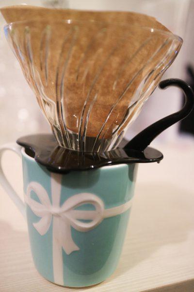 HARIO (ハリオ)コーヒードリッパーをマグカップにセットした様子