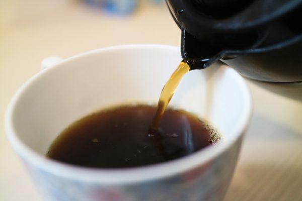 コーヒーをカップに注いでいる様子