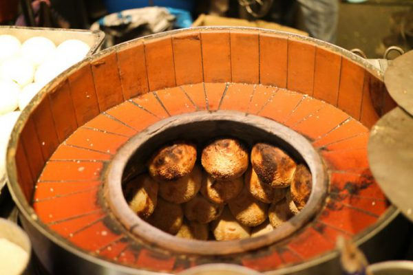 饒河街観光夜市 福州世祖胡椒餅が壺で焼かれている様子
