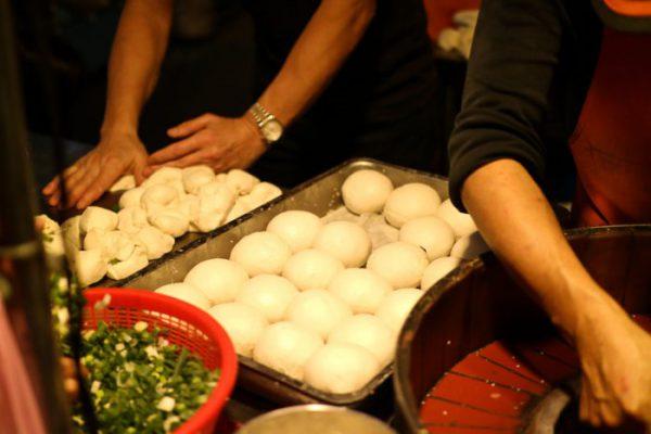 饒河街観光夜市 福州世祖胡椒餅が店頭で手作りされている様子