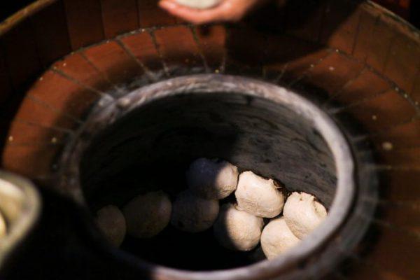 饒河街観光夜市 福州世祖胡椒餅が壺に貼り付けられている様子