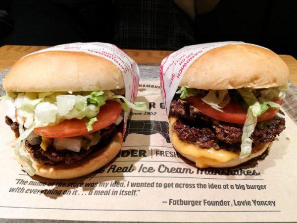 ファットバーガー渋谷店のダブルバーガー(左)&チーズダブルバーガー(右)