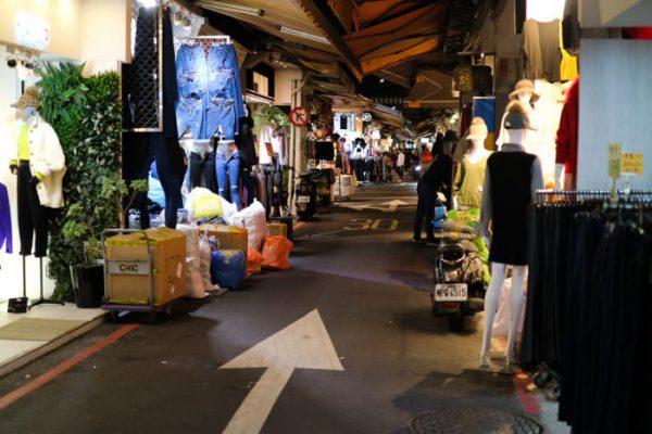 松山駅近くの五分埔服飾広場
