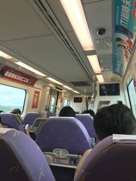 台北桃園國際空港から台北行きの電車車内