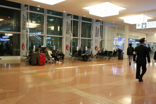 深夜の羽田空港国際線ベンチ