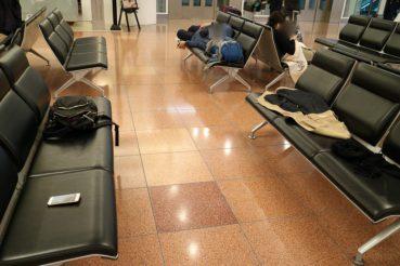 深夜の羽田空港国際線2階到着ロビーベンチ