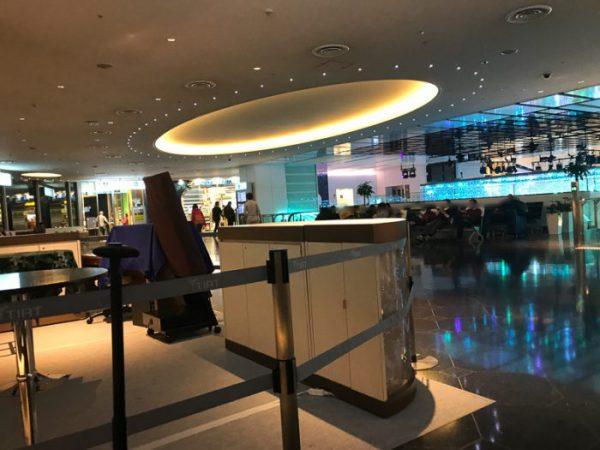 深夜の羽田空港国際線5階ベンチ