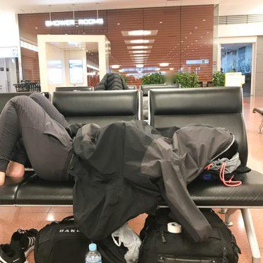 深夜の羽田空港国際線2階到着ロビーベンチで仮眠