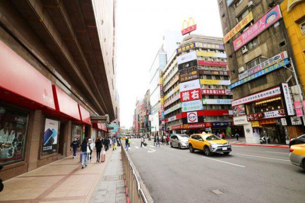 台北駅 新光三越前の街並み