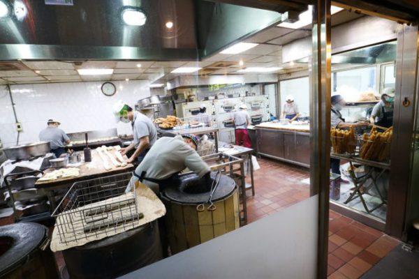 台北「阜杭豆漿」のキッチン