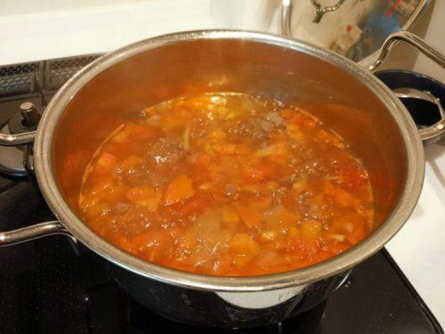 牛肉スープが入った鍋