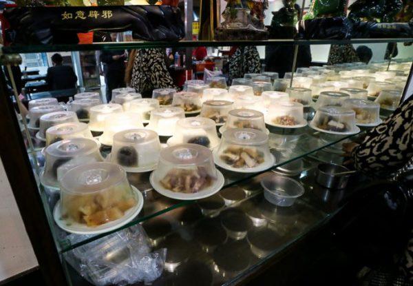 豪季水餃専売店(台北車站店)小皿が並ぶ棚