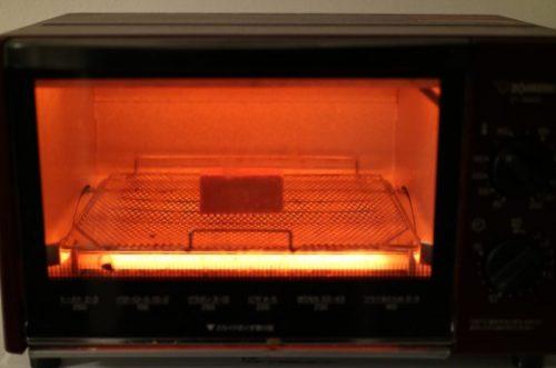 サニーヒルズのパイナップルケーキをトースターで温め中